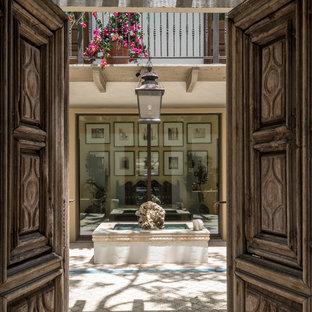 Immagine di un ampio patio o portico boho chic