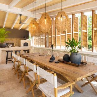 Modelo de patio mediterráneo, grande, en patio trasero y anexo de casas, con cocina exterior y suelo de baldosas