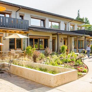 Idéer för en stor amerikansk gårdsplan, med en köksträdgård och betongplatta