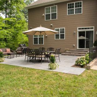 Ispirazione per un patio o portico di medie dimensioni e dietro casa con pavimentazioni in cemento