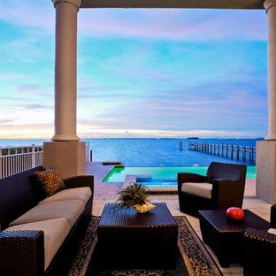 Inspiration pour une terrasse design avec une extension de toiture.