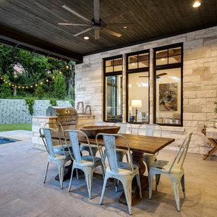 Foto di un patio o portico country dietro casa con lastre di cemento e un tetto a sbalzo