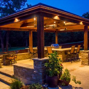 Ispirazione per un grande patio o portico stile americano dietro casa con lastre di cemento e un gazebo o capanno