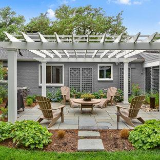 Foto de patio clásico renovado, de tamaño medio, en patio trasero, con adoquines de hormigón y cenador