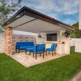 Esempio di un patio o portico moderno di medie dimensioni e dietro casa con pavimentazioni in cemento e un gazebo o capanno
