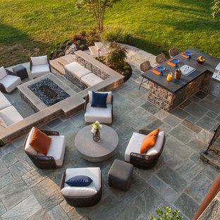 Idee per un patio o portico minimalista di medie dimensioni e dietro casa con cemento stampato e nessuna copertura