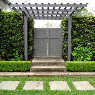Ispirazione per un patio o portico country di medie dimensioni e in cortile con ghiaia e una pergola