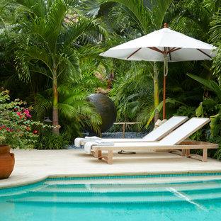 Exemple d'une terrasse arrière asiatique.