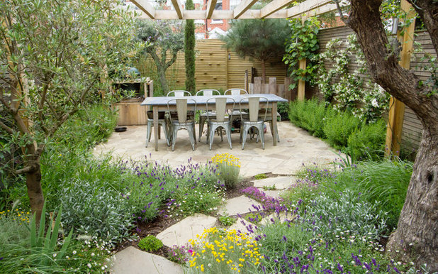 Farmhouse Patio by The Association of Professional Landscapers