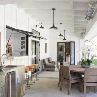 Свежая идея для дизайна: большой дворик на заднем дворе в стиле кантри с летней кухней, мощением тротуарной плиткой и навесом - отличное фото интерьера