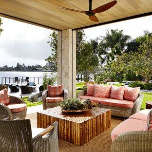 Ispirazione per un grande patio o portico etnico dietro casa con pavimentazioni in pietra naturale e un tetto a sbalzo