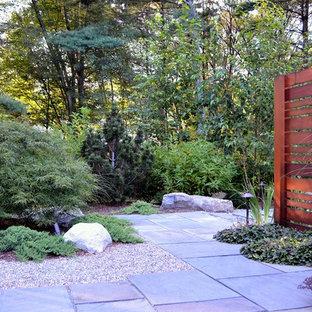 Foto di un patio o portico etnico di medie dimensioni e nel cortile laterale con fontane, pavimentazioni in pietra naturale e nessuna copertura