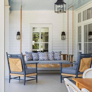 Idee per un patio o portico classico di medie dimensioni e dietro casa con lastre di cemento e un tetto a sbalzo