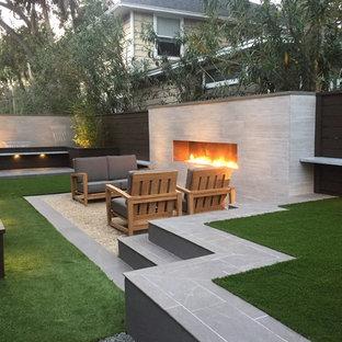 Imagen de patio moderno, pequeño, sin cubierta, en patio trasero, con fuente y granito descompuesto