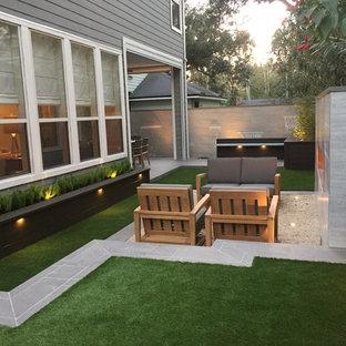 Immagine di un piccolo patio o portico minimal dietro casa con nessuna copertura, fontane e graniglia di granito