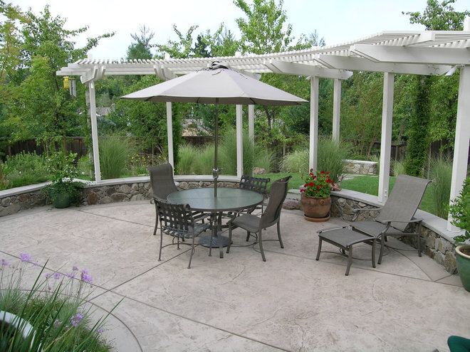 Traditional Patio by Huettl Landscape Architecture