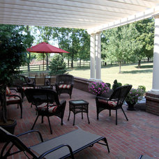 Farmhouse Patio by Mulberry Builders LLC