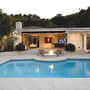 Back patio, pool and living room by MGS architecture
