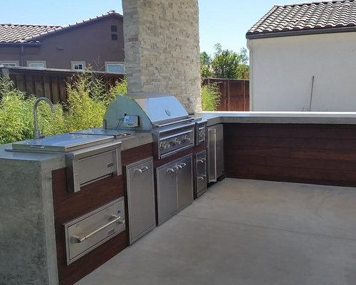 Cuisine exterieure moderne cheap cette photo montre une - Taille moyenne cuisine ...