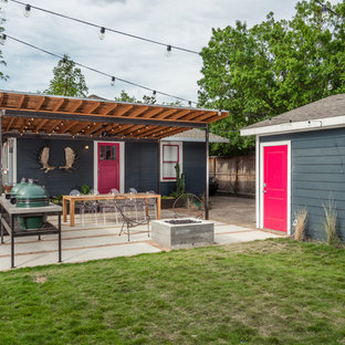 Ispirazione per un patio o portico design dietro casa con pavimentazioni in cemento e una pergola