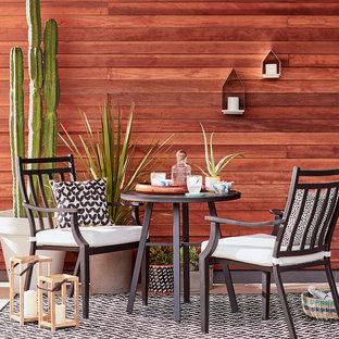 Esempio di un patio o portico minimalista di medie dimensioni e dietro casa con pedane e nessuna copertura