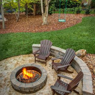 Diseño de patio rural, grande, sin cubierta, en patio trasero, con brasero y suelo de baldosas