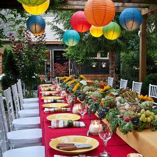Ispirazione per un patio o portico bohémian con un gazebo o capanno