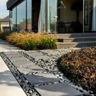 Foto di un patio o portico bohémian dietro casa con pavimentazioni in cemento