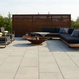 Idee per un patio o portico eclettico dietro casa con pavimentazioni in cemento