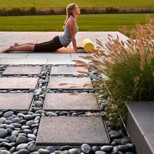 Ispirazione per un patio o portico bohémian dietro casa con pavimentazioni in cemento