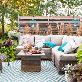 Пример оригинального дизайна: дворик среднего размера на заднем дворе в стиле шебби-шик с растениями в контейнерах без защиты от солнца
