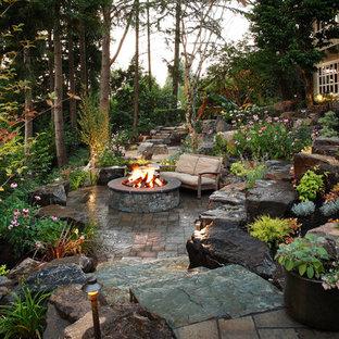 Modelo de patio clásico, grande, en patio trasero, con brasero y adoquines de piedra natural