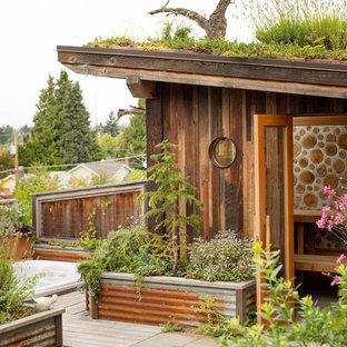 Неиссякаемый источник вдохновения для домашнего уюта: маленький летний душ на заднем дворе в стиле рустика с покрытием из декоративного бетона без защиты от солнца