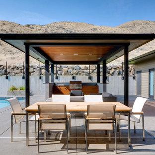 Esempio di un patio o portico contemporaneo con un gazebo o capanno