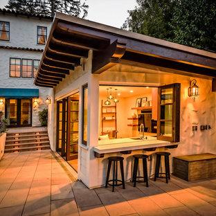 Стильный дизайн: дворик на заднем дворе в стиле кантри с летней кухней, мощением тротуарной плиткой и навесом - последний тренд