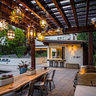 Ejemplo de patio mediterráneo, en patio trasero, con cocina exterior y pérgola