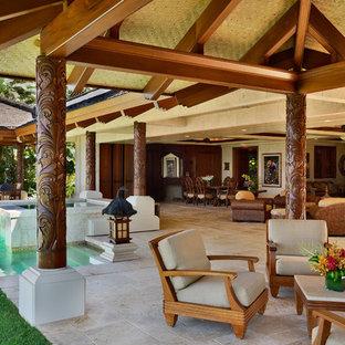Diseño de patio tropical, grande, con cenador, fuente y adoquines de piedra natural