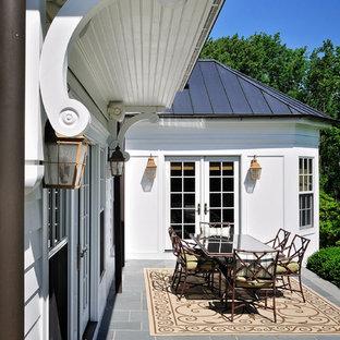 Diseño de patio clásico, grande, en patio trasero y anexo de casas, con jardín de macetas y adoquines de hormigón