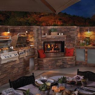 Modelo de patio rural, grande, sin cubierta, en patio trasero, con cocina exterior y losas de hormigón