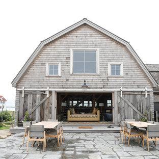 Immagine di un patio o portico country con pavimentazioni in pietra naturale e nessuna copertura