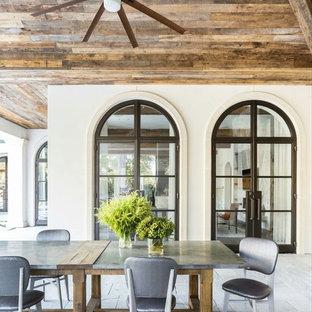 Diseño de patio campestre, grande, en patio trasero y anexo de casas, con cocina exterior y adoquines de hormigón