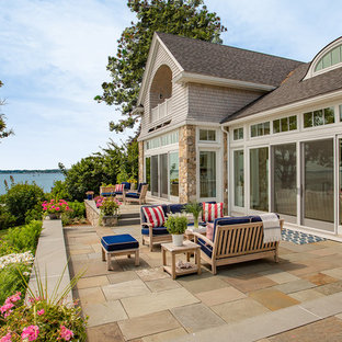 Esempio di un grande patio o portico stile marino dietro casa con nessuna copertura e pavimentazioni in pietra naturale