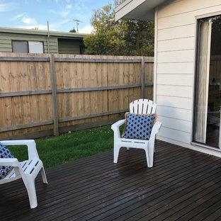 Ispirazione per un piccolo patio o portico costiero dietro casa con pedane e nessuna copertura