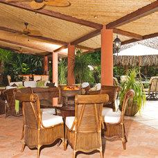 Tropical Patio by MGC Servicios de Arquitectura