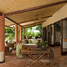 Tropical Patio by MGC Servicios de Arquitectura