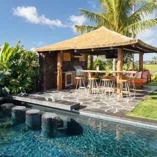Esempio di un ampio patio o portico costiero dietro casa con pavimentazioni in pietra naturale e un gazebo o capanno