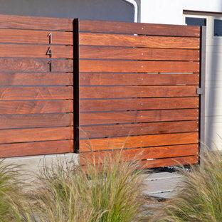 Modelo de patio minimalista, de tamaño medio, en patio delantero, con losas de hormigón