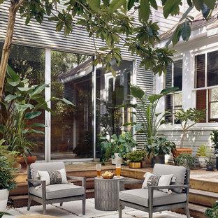Пример оригинального дизайна: дворик на внутреннем дворе в стиле рустика с растениями в контейнерах и мощением тротуарной плиткой без защиты от солнца
