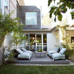 Ispirazione per un patio o portico industriale di medie dimensioni e dietro casa con pedane e nessuna copertura