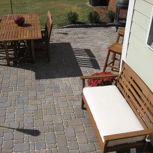 Immagine di un patio o portico design di medie dimensioni e dietro casa con pavimentazioni in cemento e nessuna copertura
